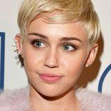 Miley Cyrus hellt ihre schicke Kurzhaarfrisur regelmäßig mit platinblonder Färbung.