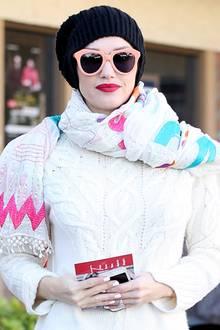 """Gegen die kalten Temperetaturen schützt sich Gwen Stefani mit einem gemusterten Schal, einer dicken Wollmütze und dem Kaschmirpullover """"Narvik"""" der deutschen Designerin Iris von Arnim."""