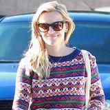 Norweger-Pullis mit komplizierten Strickmustern und weihnachtlichen Farben haben derzeit Hochkonjunktur. Auch bei Stars wie Reese Witherspoon, die ihren ganz lässsig lässig mit Jeans trägt.