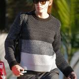 Ungewöhnlich dunkel zeigt sich Jennifer Garner im schwarz-grau-weißen Pullover von Proenza Schouler.