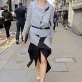 Mit Gürtel- und Reisverschluss-Elementen ist Olivia Palermos graue Strickjacke ein stylischer Hingucker.