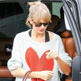 Ein ganz großes Herz hat Taylor Swift vielleicht nicht für die Paparazzi, aber immerhin auf ihrem Kuschelpulli.