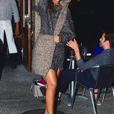 """""""Doppelt hält besser"""" scheint sich Rihanna bei ihrem Allover-Strick-Outfit gedacht zu haben und setzt sogar bei ihrem Beutel auf Wolle."""