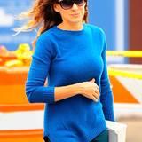 Mit Rundhalsausschnitt und in schickem Kobaltblau ist Sarah Jessica Parkers Pullover ein toller Begleiter für den Herbst.