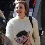 """""""Girls""""-Star Lena Dunham hat ihren ganz eigenen Style. Und in ihren Kleiderschrank gehören offensichtlich auch kuschelige Wollpullover mit witzigen Kobold-Figuren."""