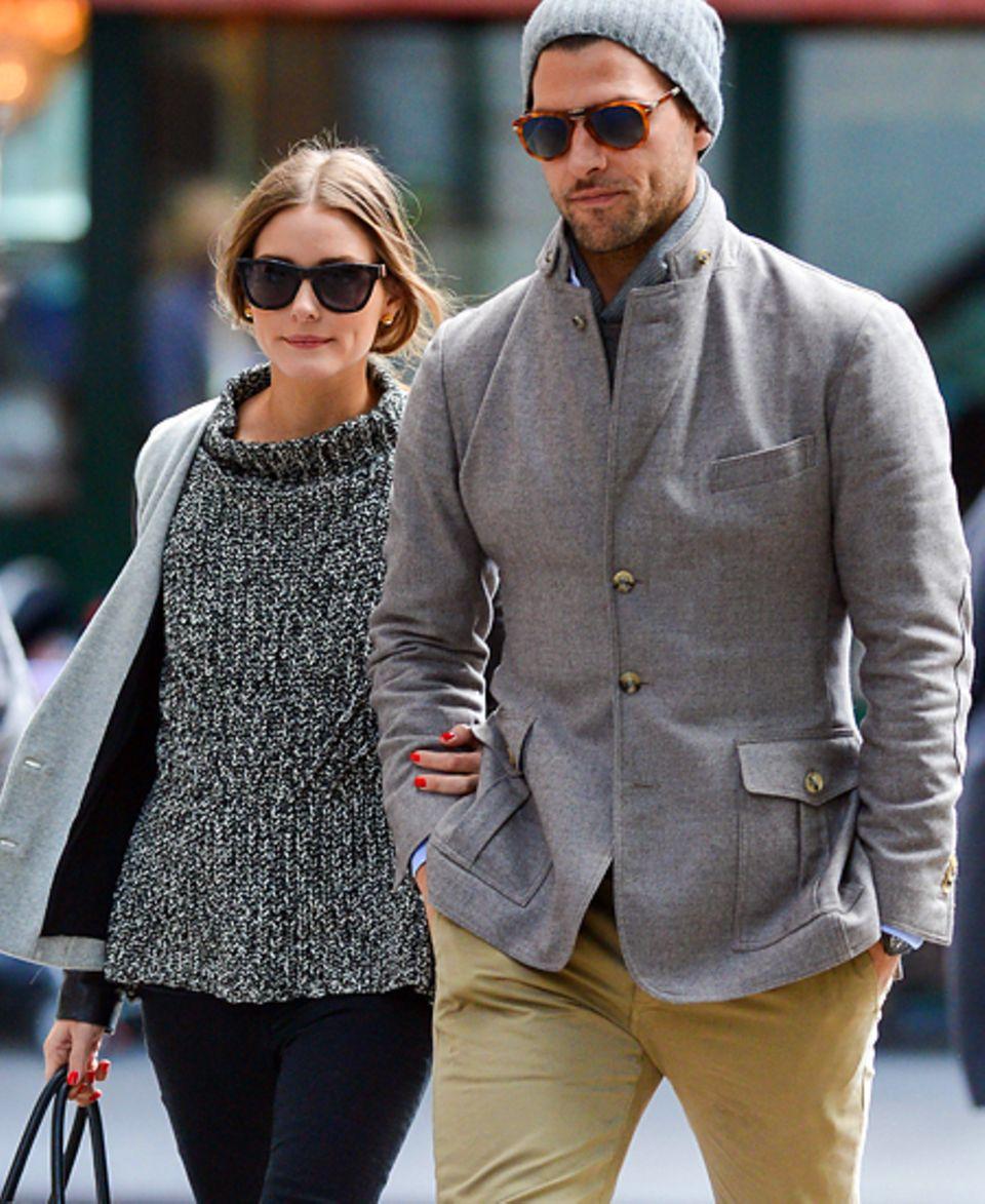 Strickpulli und Wollmütze halten Olivia Palermo und Johannes Huebl bei ihrem Spaziergang schön warm.