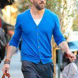 Der werdende Vater Ryan Reynolds leuchtet richtig in seinem klassischen, blauen Cardigan.