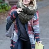 Hilary Duffs Antwort auf kalte Tage ist ein extra großer Loop-Schal, den sie sich gleich mehrfach um den Hals wickeln kann.