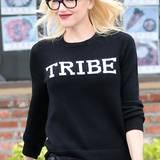 """Durch einen schönen farblichen Kontrast fällt der Schriftzug auf Gwen Stefanis Pullover des Labels """"A.L.C."""" besonders auf."""