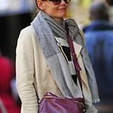 Katie Holmes spaziert mit einem grauen Wollschal durchs kühle New York.