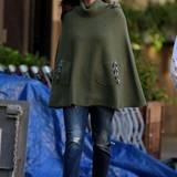 Liv Tyler und ihr grünes Woll-Cape mit Rollkragen sind der beste Beweis dafür, wie man sich auch bei kälteren Temperaturen praktisch und stilvoll zugleich kleiden kann.