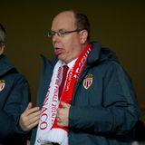Bei einem Fußballspiel in Monaco wird es Fürst Albert ein wenig zu warm. Ist aber auch anstrengend dieses Mitfiebern.