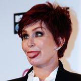 Sharon Osbourne schneidet auf dem roten Teppich Grimassen, während ...