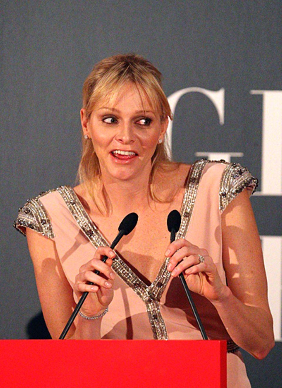"""Fürstin Charlène freut sich so sehr über die Eröffnung der """"Grace Kelly Ausstellung"""" im australischen Bendigo, dass ihr die Gesi"""