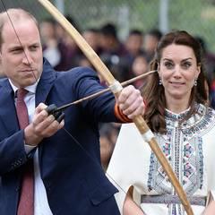Ein bisschen scheint Herzogin Catherine sich über Prinz William und seine Technik beim Bogenschießen lustig zu machen.