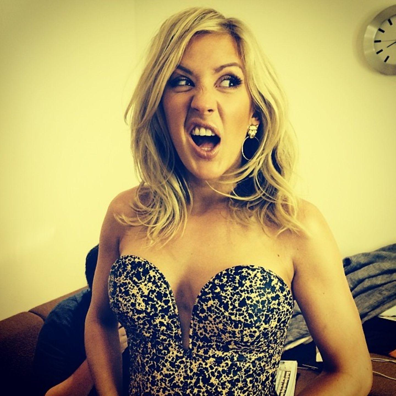 Auch Ellie Goulding versucht sich in Gesichtsakrobatik.