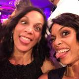 "Rosario Dawson und ihre Mutter Isabel Celeste albern bei den ""Critics' Choice Movie Awards"" herum."
