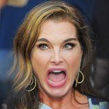 Brooke Shields entgleisen ihre Gesichtszüge.