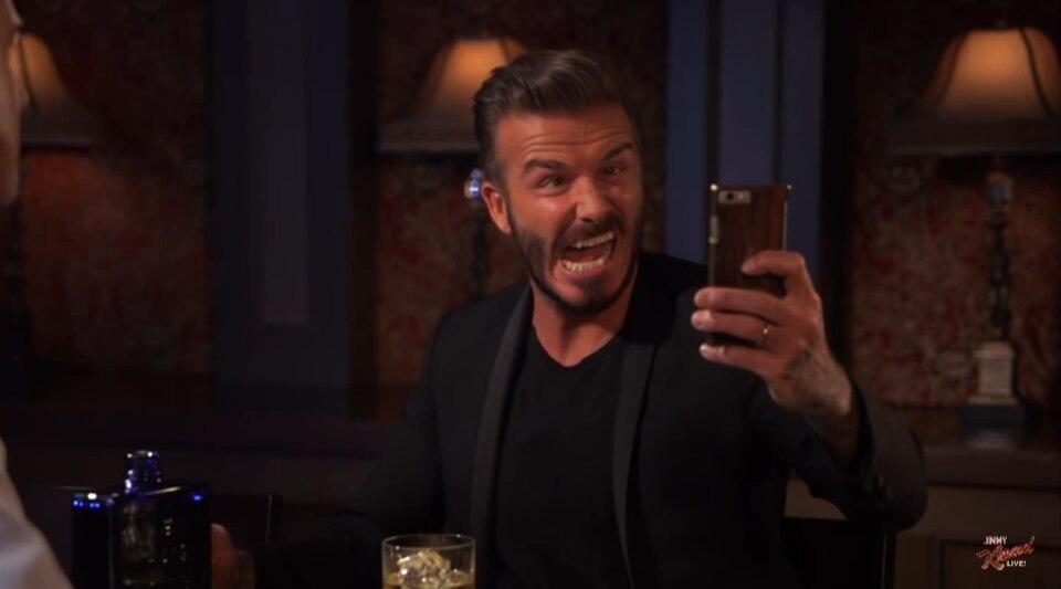 """In der """"Jimmy Kimmel"""" Liveshow fordert der Moderator, David Beckham auf, ein Selfie von sich zu machen. Wie immer gibt der Schauspieler sein Bestes, selbst wenn es um eine Grimasse geht."""