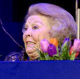 Prinzessin Beatrix sieht aus, als wenn ihr gerade Angst und Bange wird. Ob sie plötzlich gemerkt hat, dass sie ohne einen ihrer typischen Hüte unterwegs ist? Nein. Die niederländische Ex-Monarchin fiebert nur bei einem Turnier mit den Reitern im Springparcours.