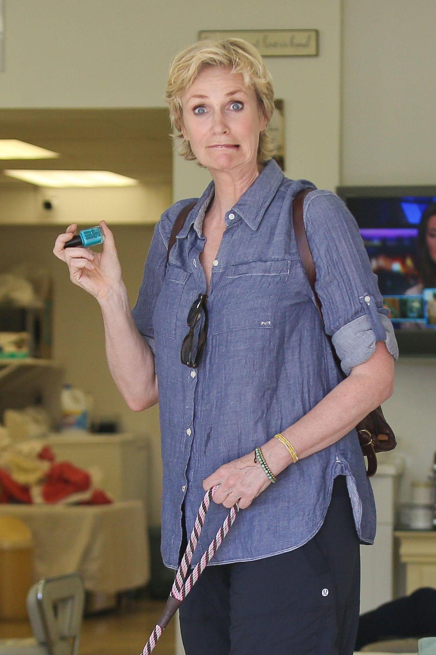 Jane Lynch verzieht ihr Gesicht beim Bummel durch West Hollywood.