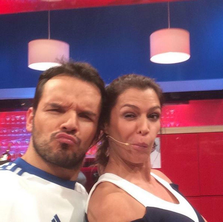 """Steffen Henssler und Sabia Boulahrouz ziehen Grimassen in der """"Grill den Henssler""""-Show und nebenbei wird auch noch gekocht."""