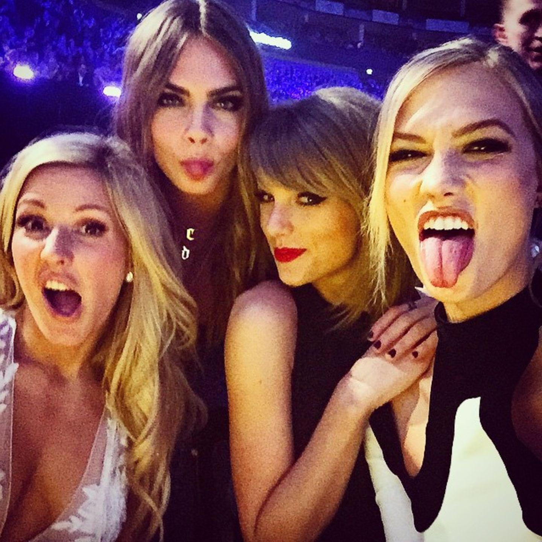 """Februar 2015.  Grimassen-Alarm bei den """"Brit Awards"""": Ellie Goulding, Cara Delevingne, Taylor Swift und Karlie Kloss feiern gemeinsam in London"""