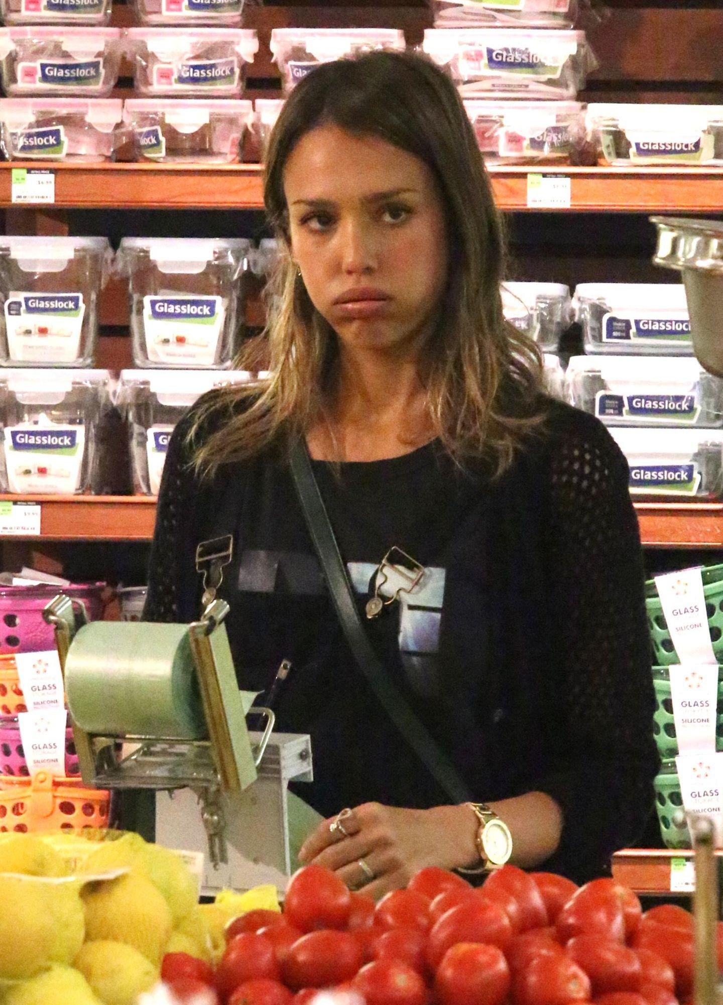 Jessica Alba muss beim Einkaufen erst einmal durchschnaufen.