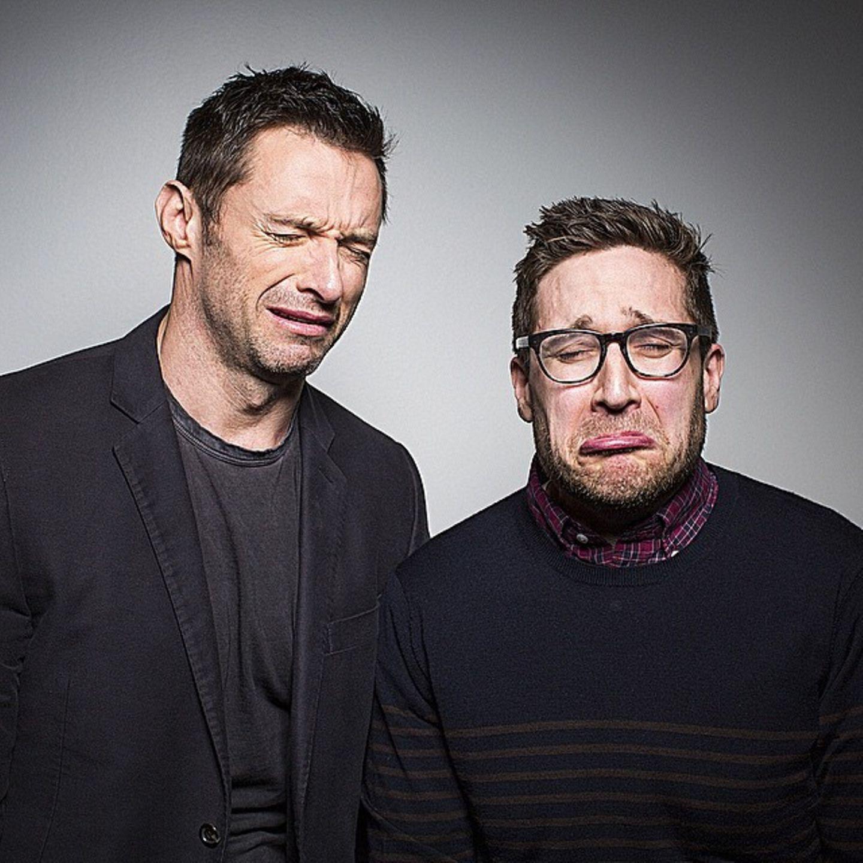 """Hugh Jackman am rumalbern mit dem """"MTV-News""""-Moderator Joshua Horowitz, der für seine Grimassen-Fotos mit den Stars bekannt ist."""