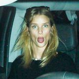 Ganz frech streckt Rosie Huntington-Whiteley ihre Zunge raus, als ein Paparazzi sie auf dem Weg zum Flughafen fotografieren will.
