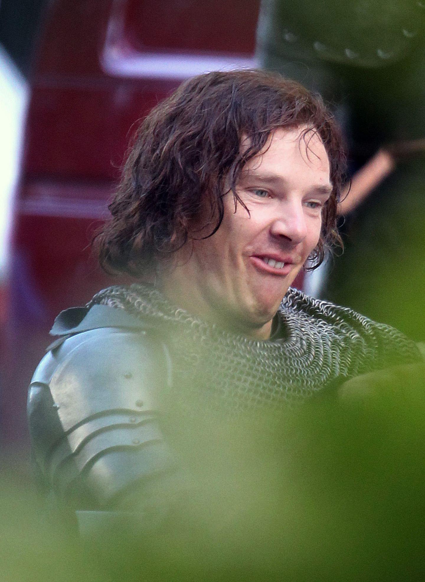 """In einer Drehpause von """"The Hollow Crown"""" zieht Benedict Cumberbatch für seinen Kollegen Fratzen."""