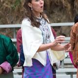 Oh! Beim Federweitwurf scheint die Herzogin nicht ganz zufrieden mit ihrer Wurflänge.