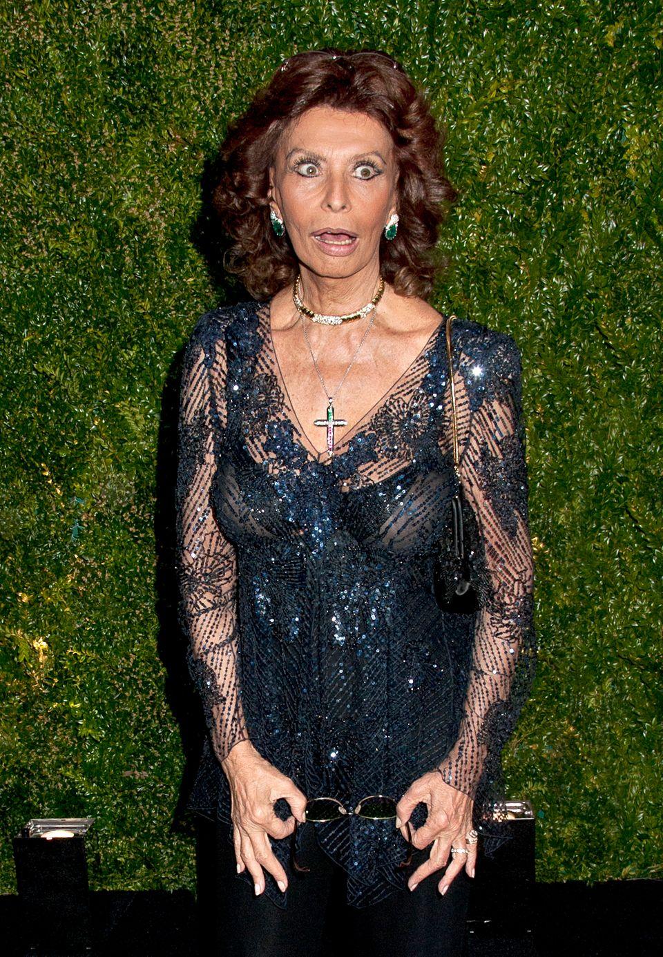 """Beim """"Tribeca Film Festival"""" zeigt Leinwandlegende Sophia Loren sich ohne Brille und mit weitaufgerissenen Augen."""