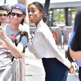 Einmal lächeln bitte! Darauf hat aber Kelly Rowland bei einem Fantreffen gar keine Lust, lieber zeigt sie ihre Zunge.