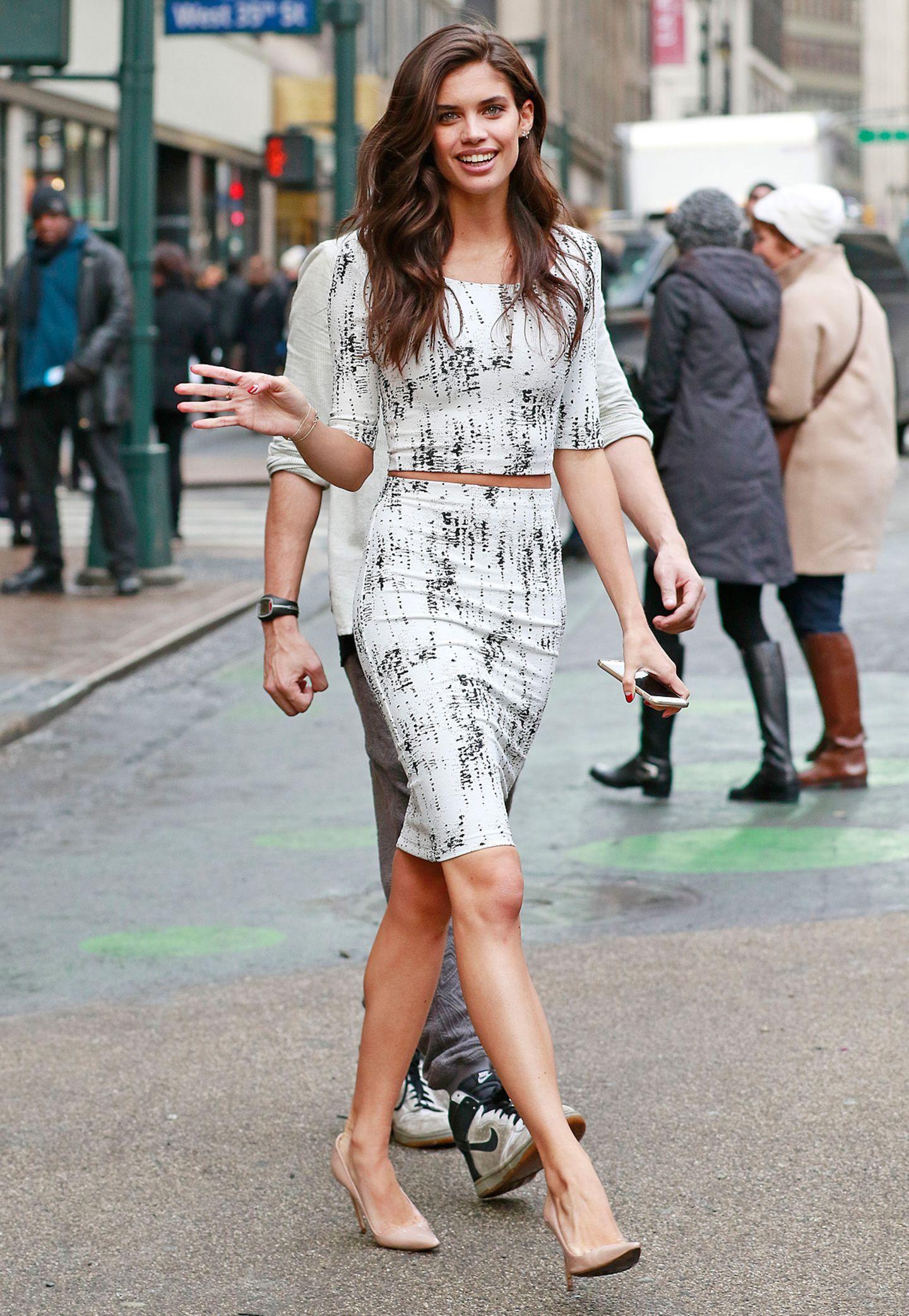 """Ob Sara Sampaio jetzt die Neue von Harry Styles ist oder nicht, erfolgreich ist die schöne Portugiesin allemal. Das 23-Jährige Topmodel mit dem sinnlichen Mund ist nicht nur """"Victoria's Secret""""-Engel, sondern arbeitet auch für alle renommierten Magazine und gewinnt nebenbei noch jede Menge Model-Preise."""