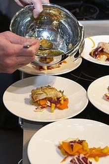 Nicht nur gucken, sondern auch schmecken: Für die Besucher der Kochshow gibt es natürlich auch kleine Probierportionen.