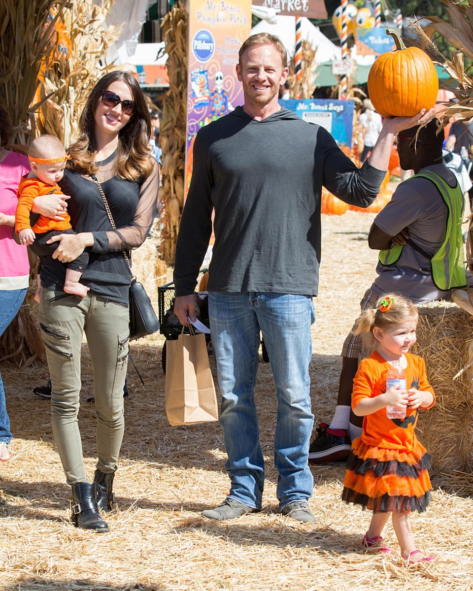 Ian Ziering verbringt den Nachmittag mit seiner Frau Erin und den Töchtern Mia und Penna auf dem Kürbisfeld.