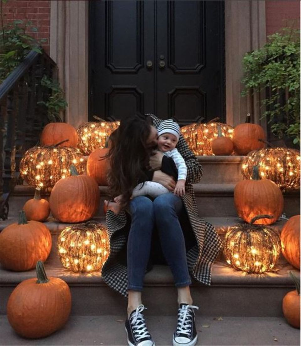 Es ist das erste Halloween für Sailor Gene. In alter Tradition dekoriert Liv Tyler ihr Haus und nimmt sich dabei Zeit, um mit ihrem Sohn zu kuscheln.