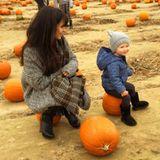 Beim Besuch auf dem Kürbisfeld haben die kleine Carmen und Mama Hilaria Badlwin sichtlich viel Spaß.