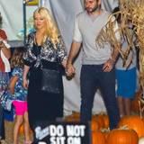 Christina Aguilera und Matthew Rutler schlendern Hand in Hand über das Kürbisfeld.