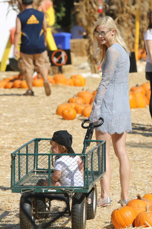 Jaime King zieht ihren Sohn James auf einem Bollerwagen hinter sich her über das Kürbisfeld.