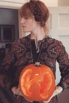 Sängerin Florence Welch macht den Halloweenkürbis auf ihre ganz eigene Art: Statt einem Gesicht, ist dort eine Lunge zu sehen.