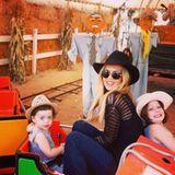 Stylistin Rachel Zoe macht mit ihren Jungs Kaius und Skyler einen Ausflug zur Kürbiseisenbahn.