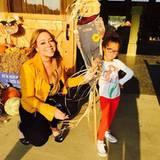 Mariah Carey und Tochter Monroe präsentieren stolz ihre selbstgebastelte Vogelscheuche.