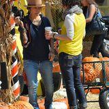 Linda Perry und Sara Gilbert stärken sich mit einem Kaffee für den Kürbiskauf.