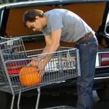 Olivier Martinez lädt einen großen Kürbis in den Einkaufswagen.
