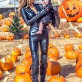 """Sarah Stage besucht das """"Toluca Lake Pumpkin Festival"""" mit ihrem kleinen """"Batman"""" James Hunter."""