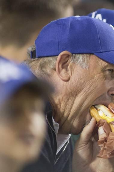 Schauspieler Kevin Costner ist großer Fan Los Angeles Dodgers: Bei so viel Action auf dem Feld kommt auch mal der große Hunger.