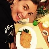 Jana Ina Zarella kann es kaum erwarten in ihr echtes Wiener Schnitzel zu beißen.