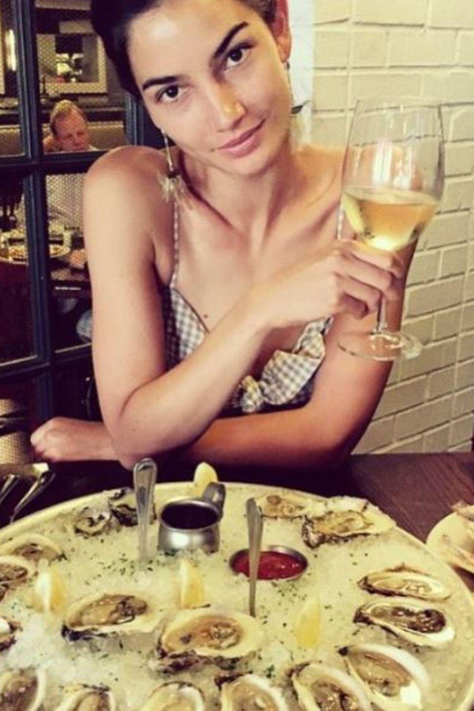 Lily Aldridge genießt ihre Austern und beginnt auf Instagram ihr Lieblingsessen in Los Angeles zu posten.